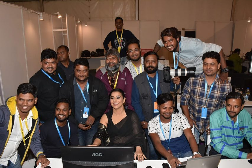 Vidya Balan Even photographers like to pose for pics. I see these faces... Wallpaper