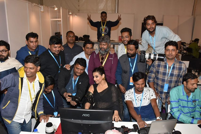 Vidya Balan Even photographers like to pose for pics . I see these faces... Wallpaper