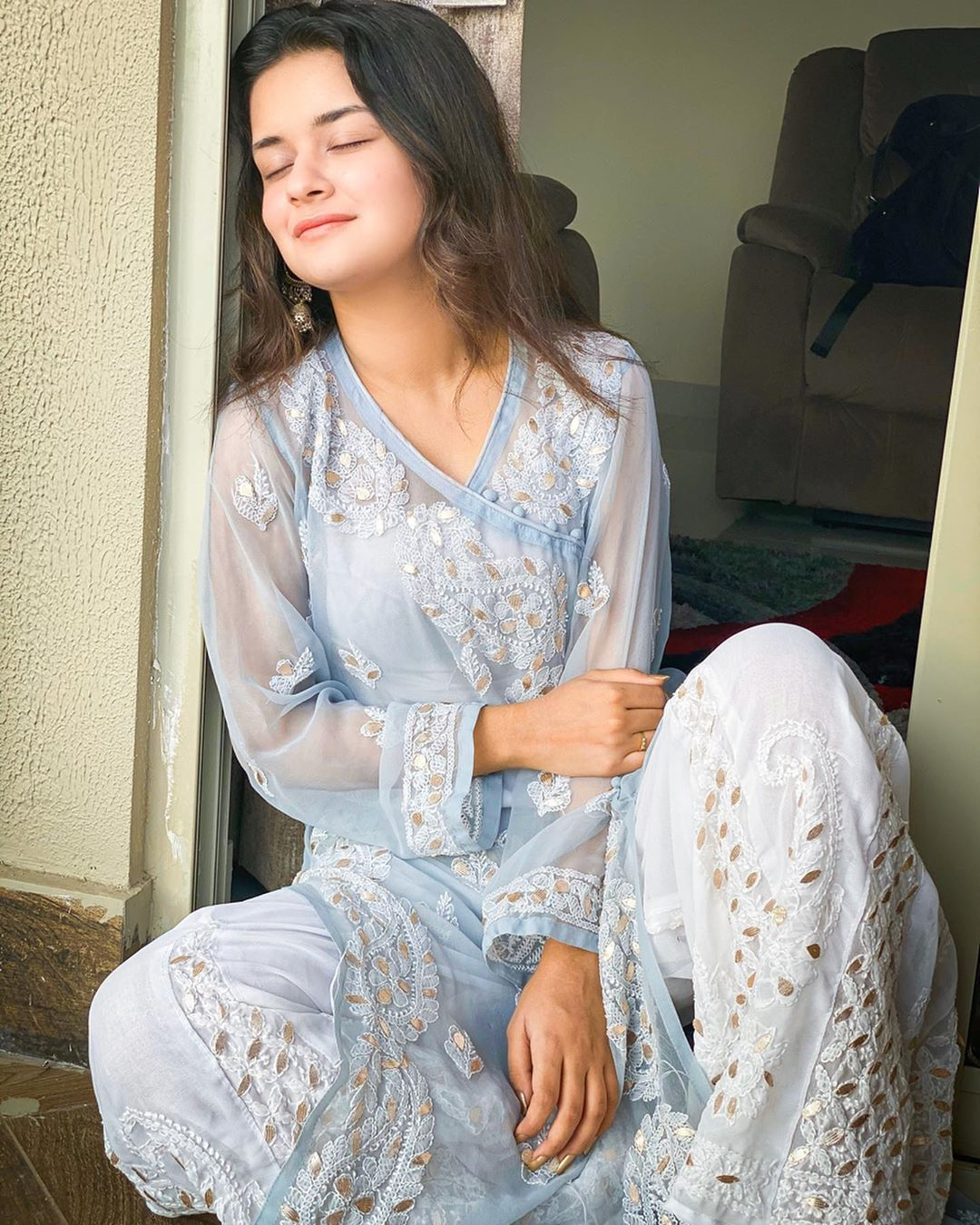 Avneet Kaur Wallpapers, Photos, Images & Pictures Ve kithon saja tere layi saare suit puraane aa Comment your favourite punjabi song! –  Wearing-