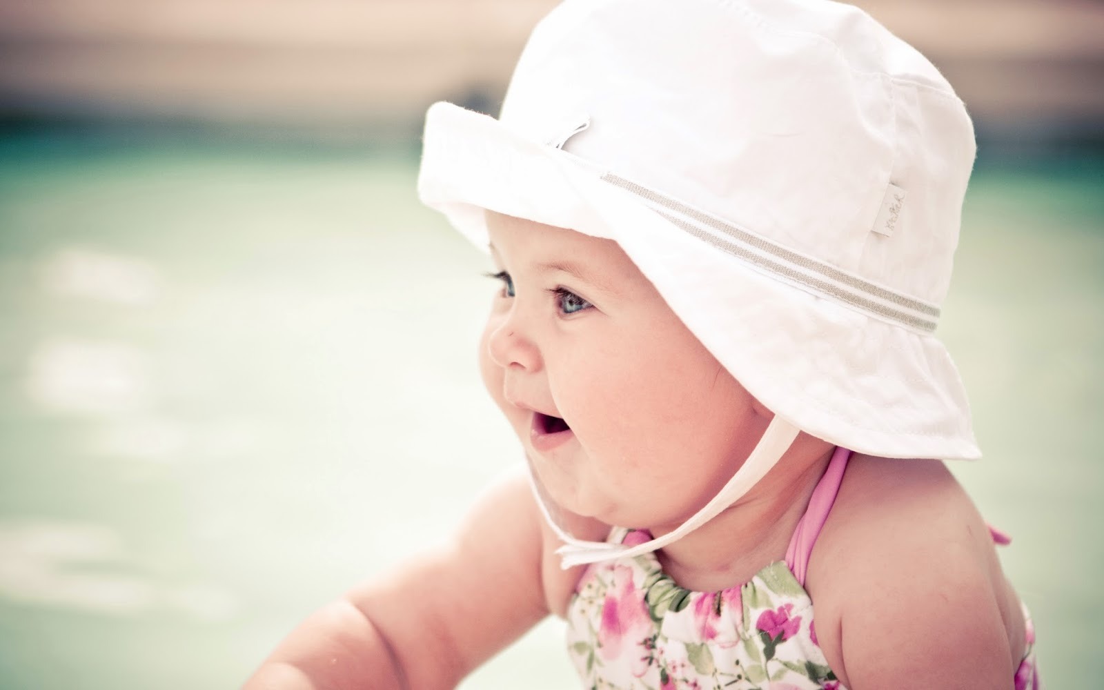cute_baby_with_white_hat